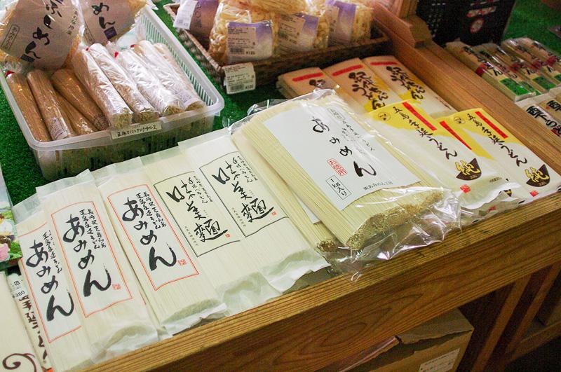 さまざまな製麺所のうどんがそろった五島うどんコーナー。アゴ出汁のパックも置いてあった