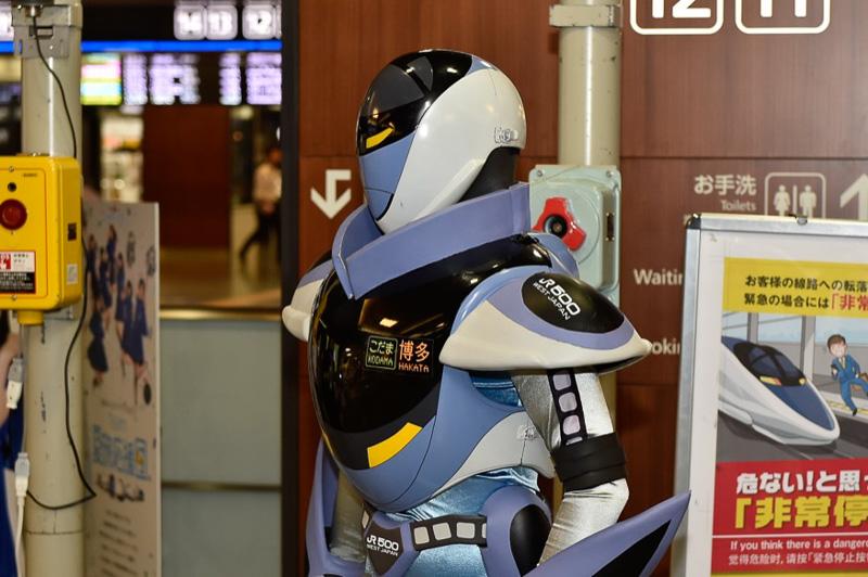 500系新幹線は、現在こだま運用されているので、カンセンジャーの胸部パーツにも「こだま:博多」の文字が