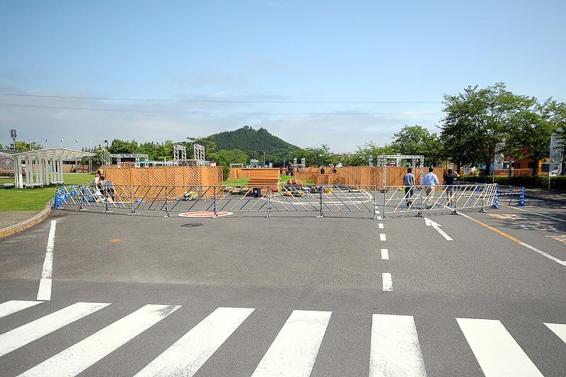 巨大迷路が設置される中央エントランス。取材時は作っている最中だった