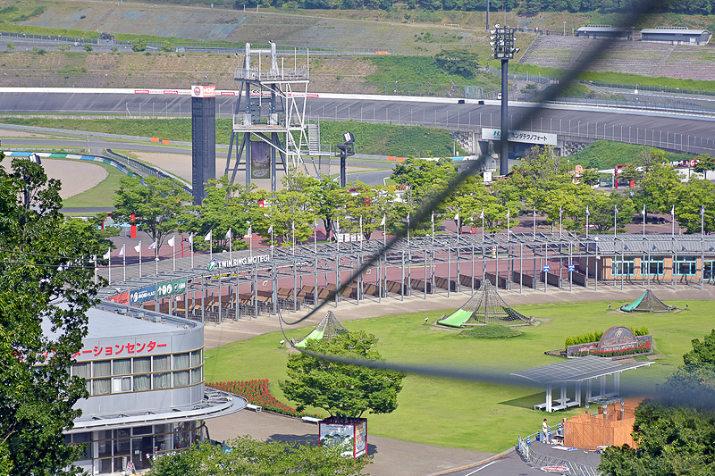 国際レーシングコースのグランドスタンド上部に設置された中間デッキまで343mを一気に滑り降りる