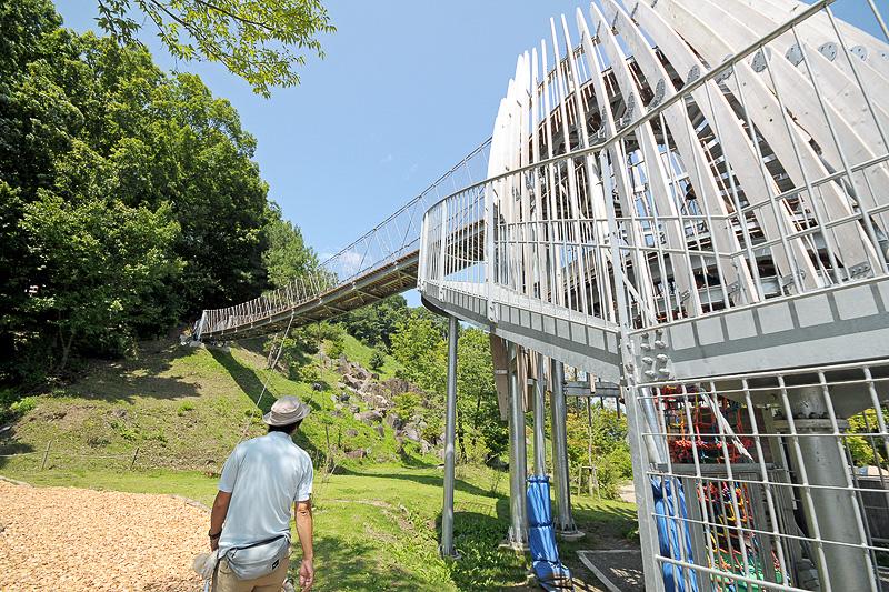 冒険の塔は上に伸びる3mの筒ネットやハシゴを登ることができる