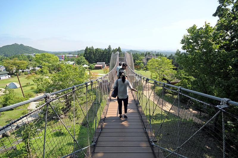 広場から森へと続く、高さ約10m、長さ約26mの冒険の吊り橋