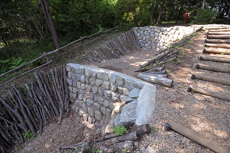 高さ150cm、幅4m、斜度約65度の岩の壁が2段構えになっている「トカゲの岩登り」