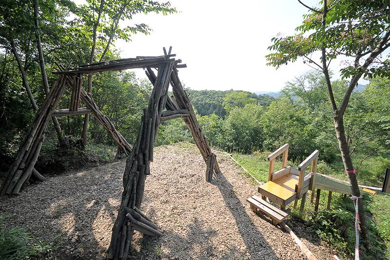 ウサギのかけあがりすべり台の途中、見晴らしのよい場所に夏休み用として「森のブランコ」が設置される