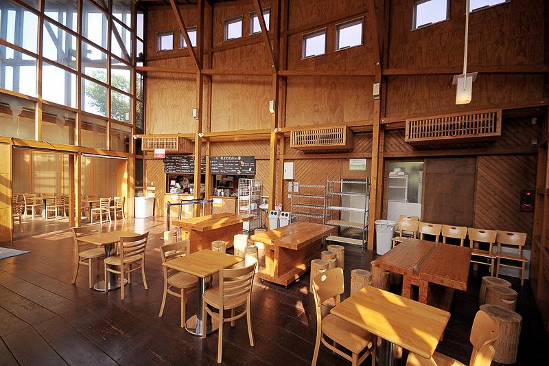 クラブハウスのなかにあるレストラン「森のキッチン どんぐり」。キッズメニューも用意され、大人から子供まで利用できる
