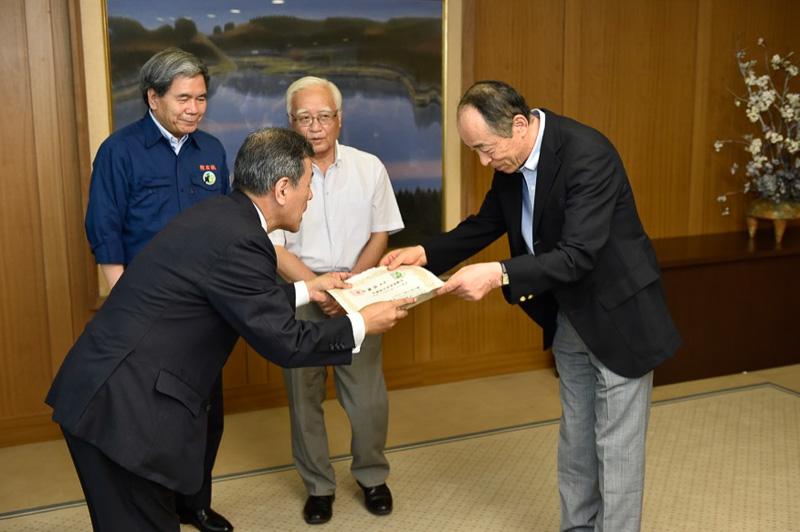 阿蘇草原再生協議会会長の高橋氏からソラシドエアへ感謝状が贈られた