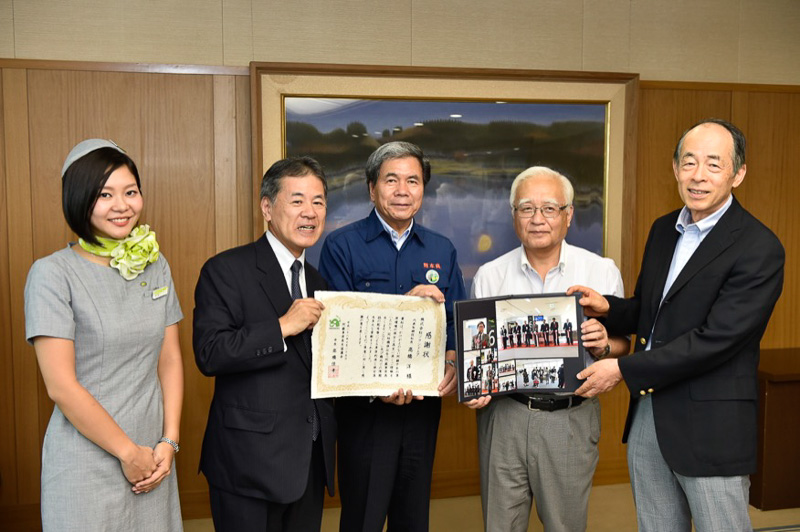 ソラシドエアより熊本県へ復興支援活動の模様をまとめたフォトブックを進呈