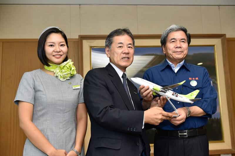 ソラシドエア 髙橋氏より、蒲島熊本県知事へモデルプレーンが手渡された