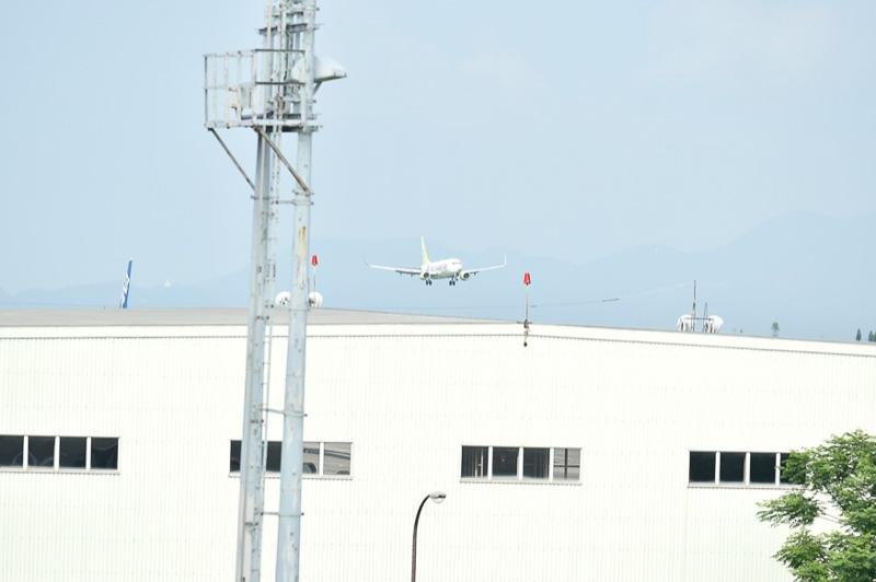 8時42分、西の空にピスタチオグリーンが目印の機体を確認。くまモンのデカールはまだ見えない