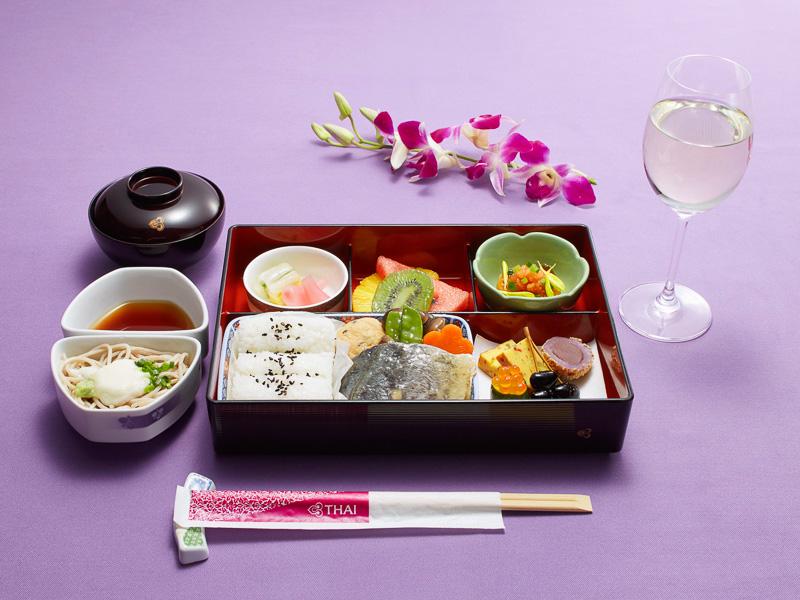 松花堂弁当(例:姫鯛の焼き物 みぞれ餡かけ、いくらと紅芋団子の前菜、鮭のたたきと鰆の小鉢、そばなど)