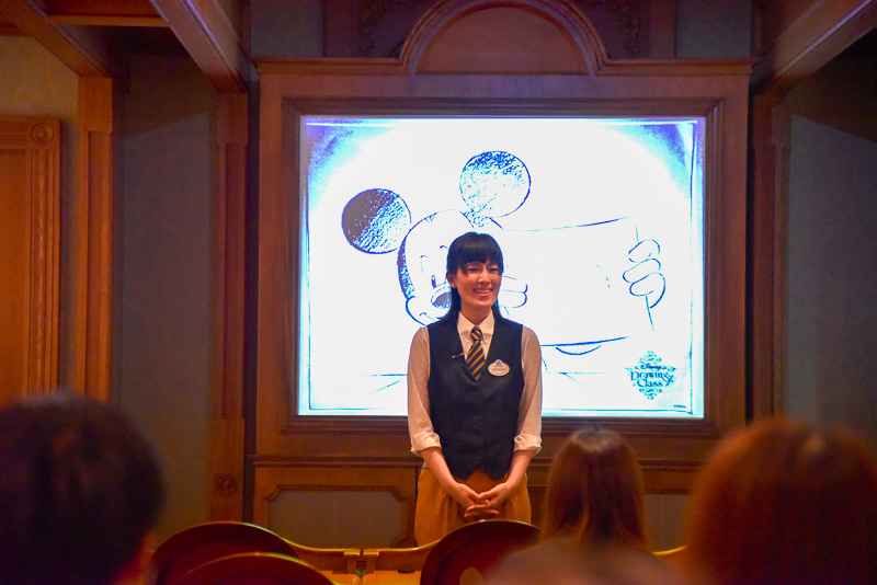 インストラクターのキャストが登場し、ディズニー・アニメーションにおけるドローイングの大切さを解説。その後、クラスがスタート