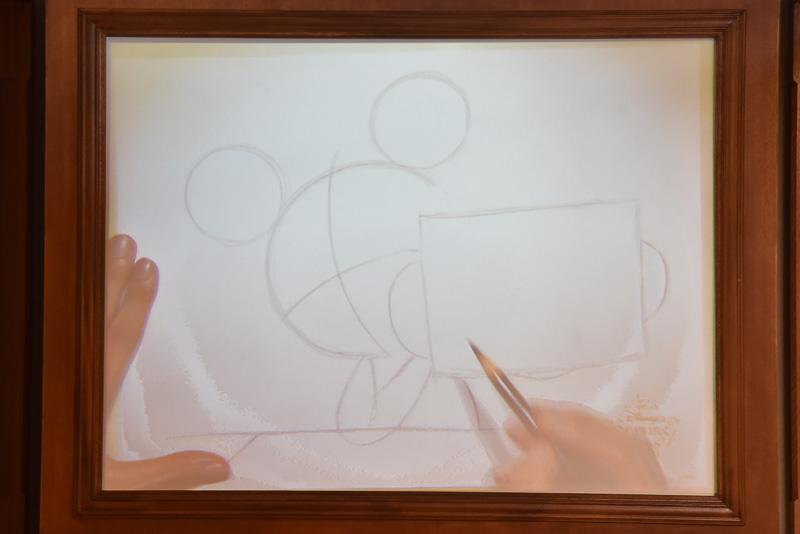 キャラクターや背景などの基準となる線を描いていく