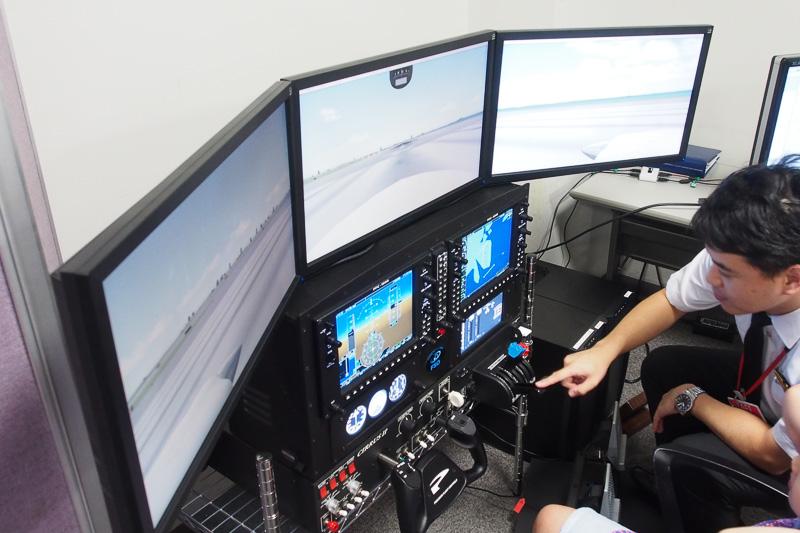 フライトシミュレーター体験もJALのパイロットがサポートした