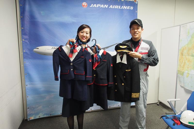制服を着用しての記念撮影も実施、パイロット、CAだけでなく整備士も用意。率先して整備士の制服を着用する子供もいた