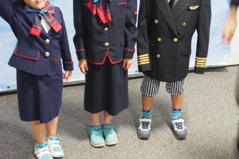 制服コーナーは人気、多くの子供たちがCAやパイロットになりきっていた