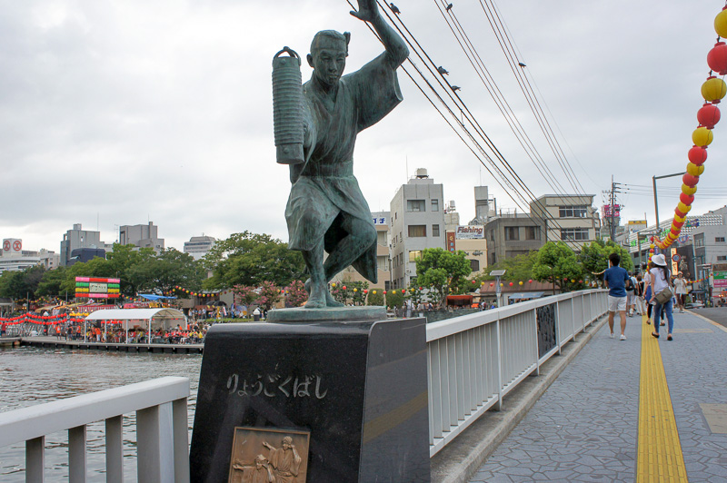 徳島市の両国橋に設置された阿波おどりの銅像