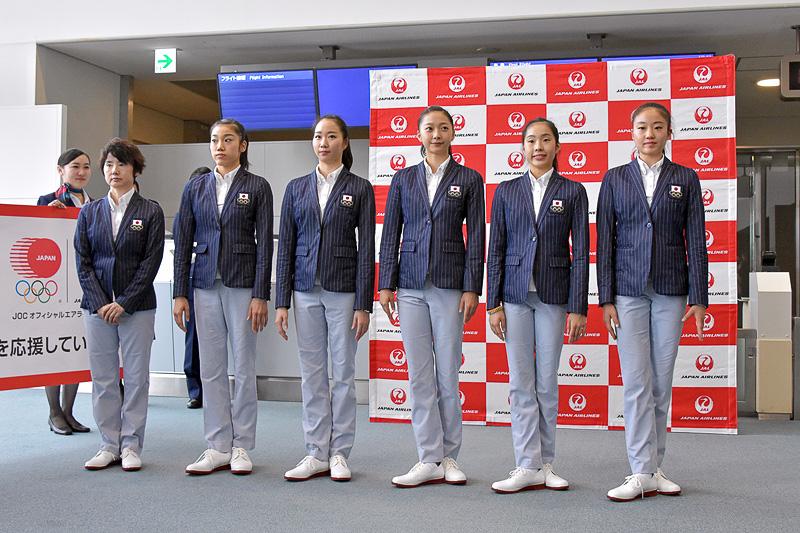 「フェアリー ジャパン POLA」の選手5名と、山﨑監督がセレモニーに参列
