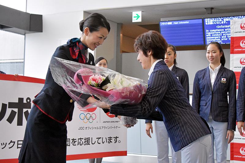 JALスタッフから山﨑監督に、健闘を祈念して花束を贈呈