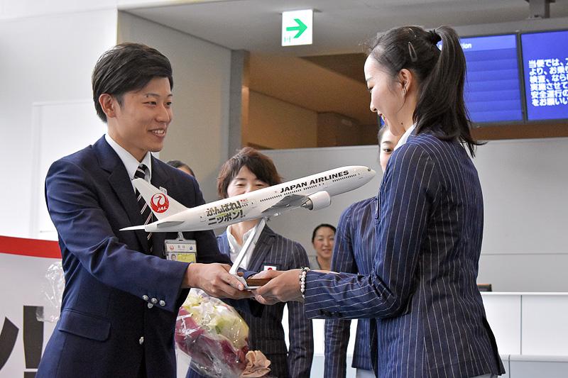 主将の杉本選手に「JALがんばれ!ニッポン! JET」モデルプレーンが贈呈された