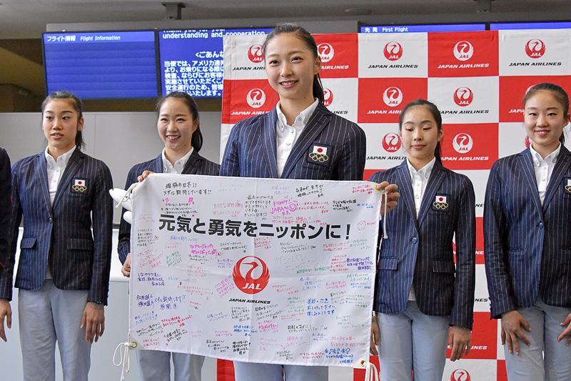 JALグループ各部門からの応援メッセージを受け取った畠山選手
