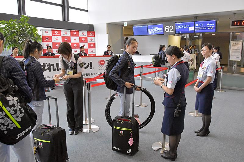 JALグループのスタッフに見送られて入場ゲートに向かう選手たち