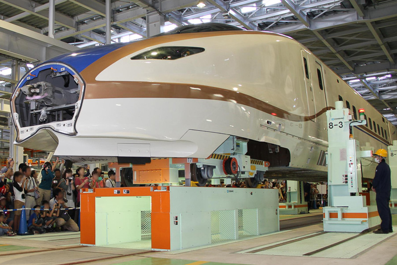 新幹線 W7系の車体昇降見学