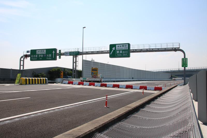 分岐部分の全標識。手前の金網は下を走る東名阪道に物を落下させないため
