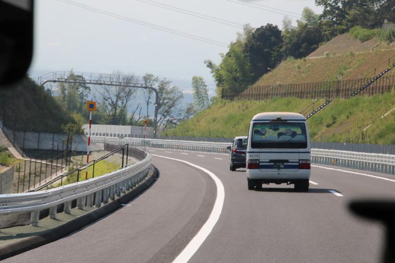 新名神を新四日市JCT方向へ進む(バス車内より撮影)