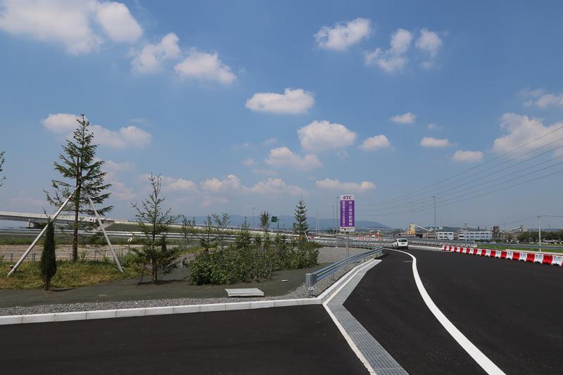 ICのゲートをすぎると進路は左側へ。バリケードがあり、さらに左側の新四日市JCT方向にしか行けないようになっている