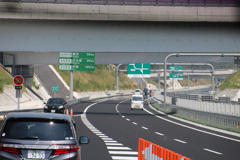ここから新名神の本線へと合流するが、右手前側は未開通。なお、こちらを向いている車両が写っているがこれは工事車両で逆走しているわけではない。公開された工事区間を走行する車両はいずれも低速で走行している