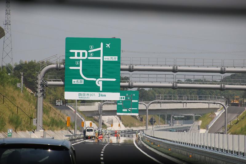 新名神を四日市JCTへ向かう途中の標識