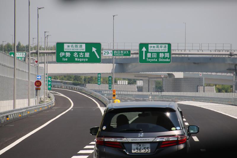 四日市JCTの分岐部。東名阪道は左に分岐するが、その先で名古屋方面と伊勢方面でさらに分岐する