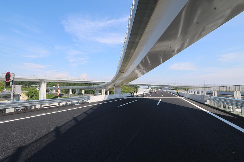 四日市JCTで新名神から伊勢湾岸道へ向いたところ。上を斜めにまたぐ橋は東名阪から新名神の新四日市JCTや東員ICに向かうランプ