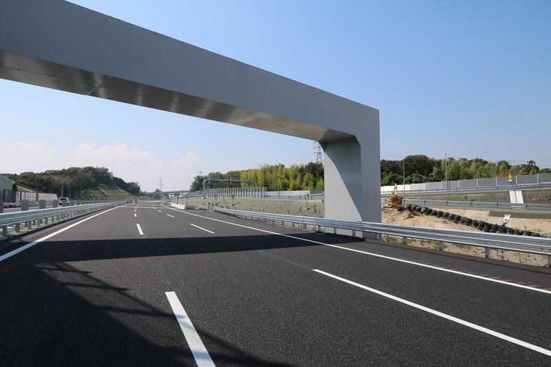 四日市JCTから新四日市JCT方面に向いたところ。右側には東名阪に行く道路が見え、名古屋方面が向かって下、伊勢方面が上に分かれる