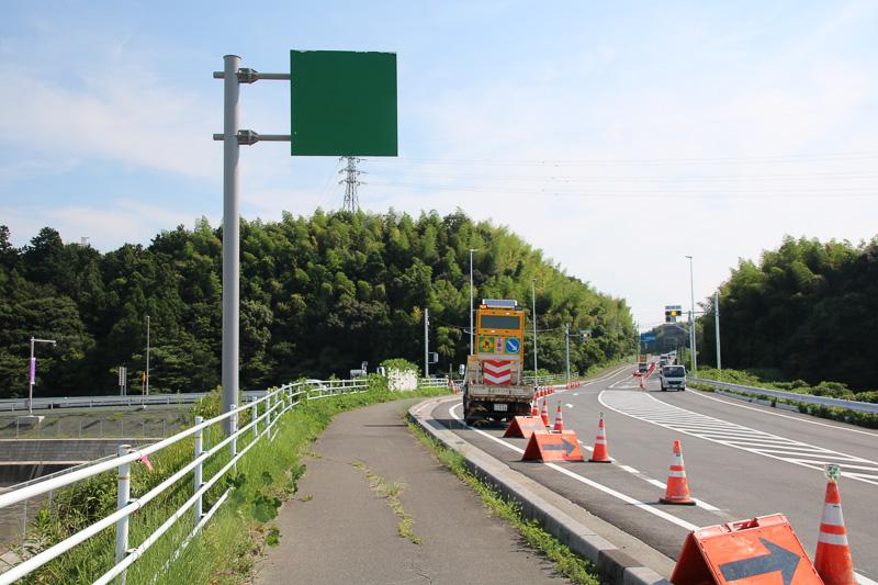 国道365号から東員IC入り口を見る。信号があり、両方向からICへ進入可能。案内標識はまだ緑色のシールが覆われたまま