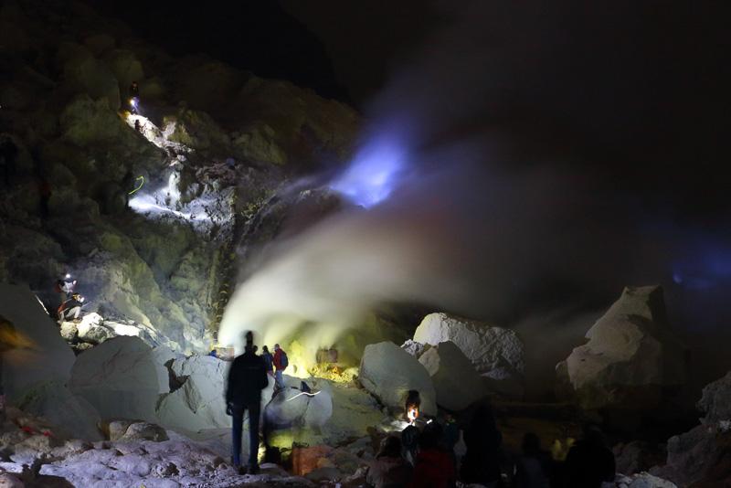 今回のツアーのハイライト、青い炎が揺らめくイジェン火山へのナイトトレッキング