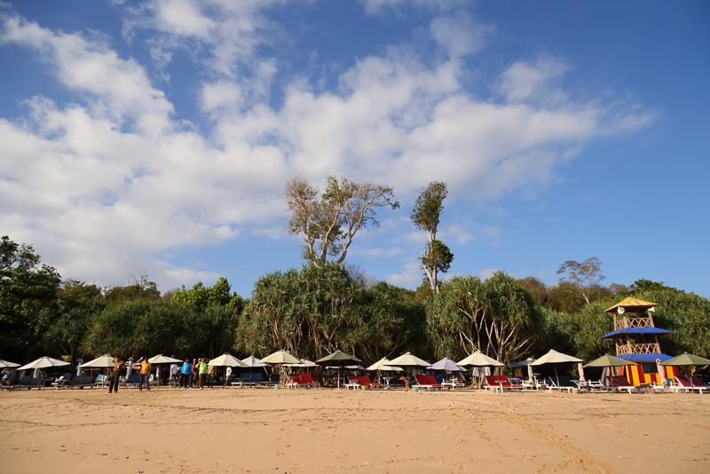 家族連れでも楽しめる穏やかなメラ島ビーチ(Pulau merah beach)