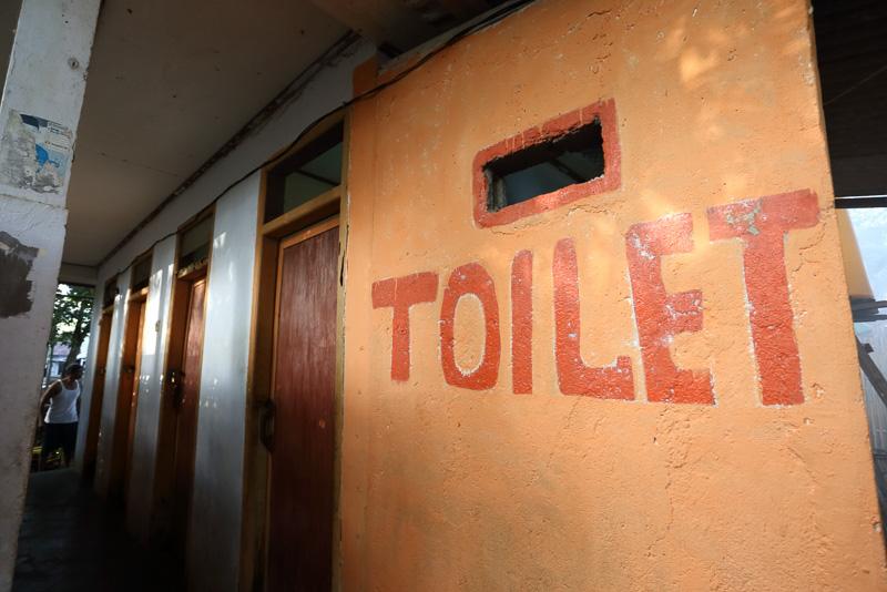 トイレは有料で1回2000ルピア、日本円で約15円(2016年6月現在)程度