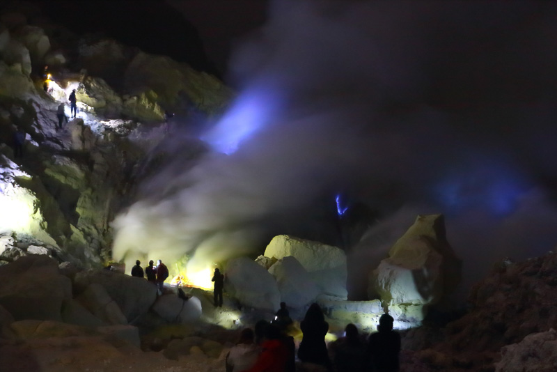青い炎と硫黄の黄色い山肌のコントラストが美しいイジェンの火口