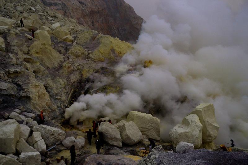 夜が明けてくるとアッというまに炎は見えなくなり、硫黄の山肌が見えてきます