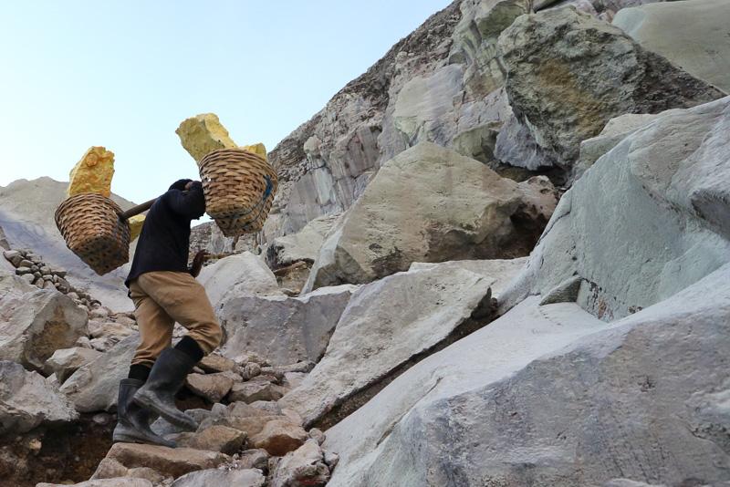 途中、採掘した硫黄を運ぶ人を見かけます。ものすごいパワーですね