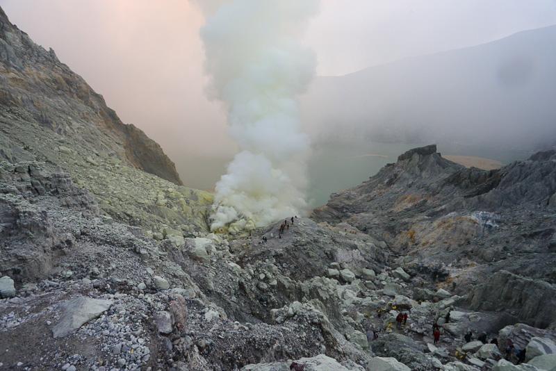 火口から這い上がると眼下に大きなカルデラ湖。ガスっぽい天候と煙がちょっと残念