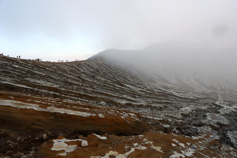 火口から這い上がれば眼下に広がる火山らしい風景を見る余裕もでてきます。火口の縁にたくさんの観光客の姿が見えます