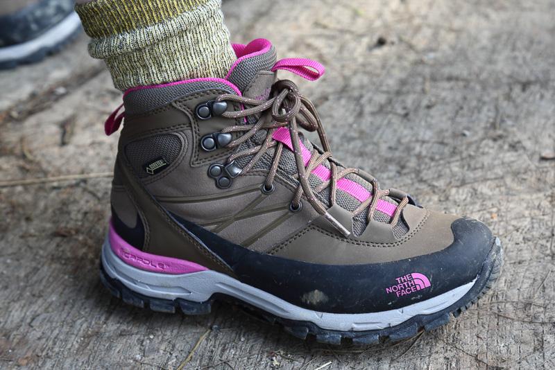 スニーカーでも十分に登ることはできますが火口へ降りる岩場や悪天候時を考えるとしっかりとした足元の準備をしたほうがいいと思います