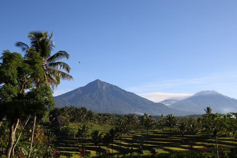 ホテルに一旦戻り、自分たちが登った山を眺めながら休憩しました。イジェン リゾート&ヴィラから見る風景は本当に心が癒されます