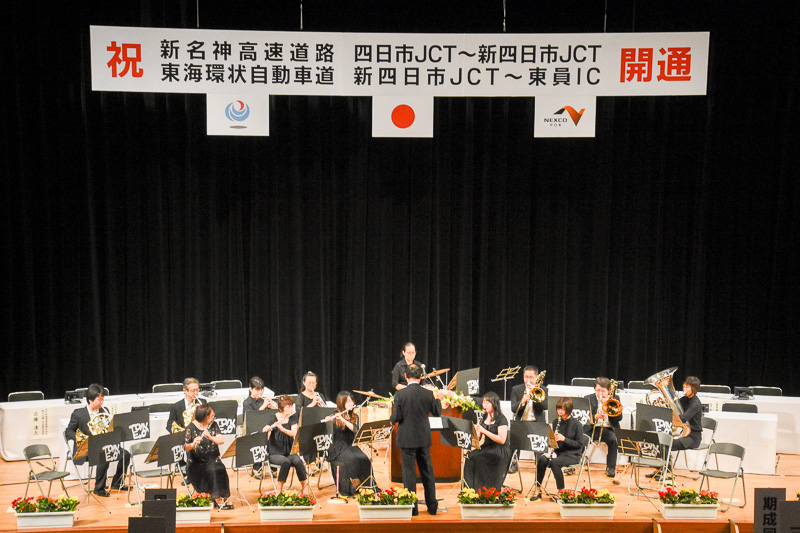 開式までは「東員アンサンブルオーケストラ」による演奏が行なわれた