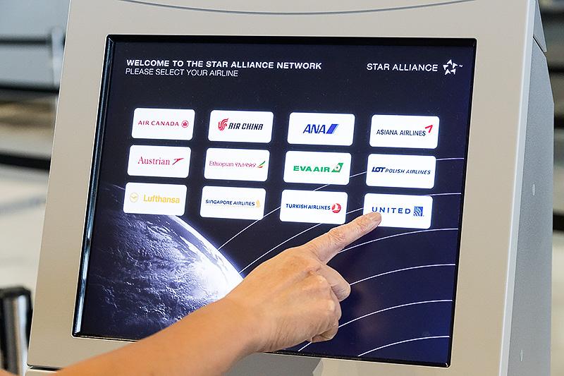 タッチパネルで利用航空会社を選ぶ。ここから先のメニューは航空会社によって異なり、今回はユナイテッド航空利用でのデモが行われた