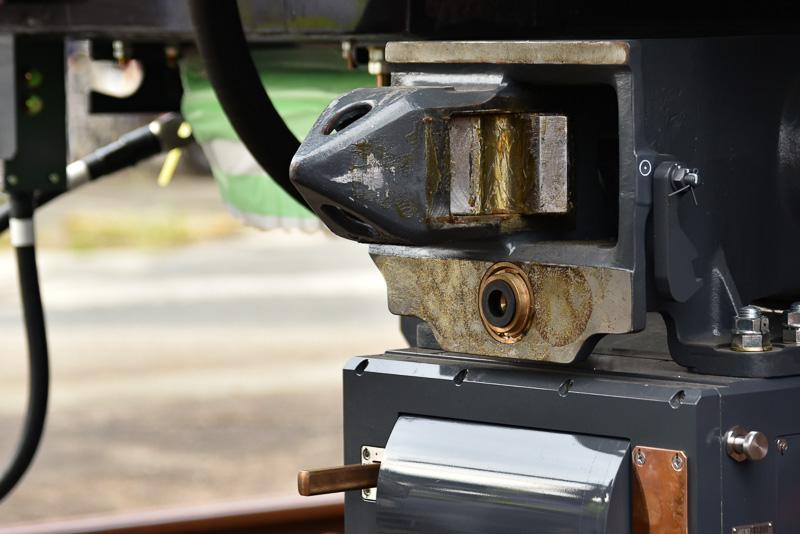 10号車の連結器。通勤電車などでよく使われている密着連結器を使用