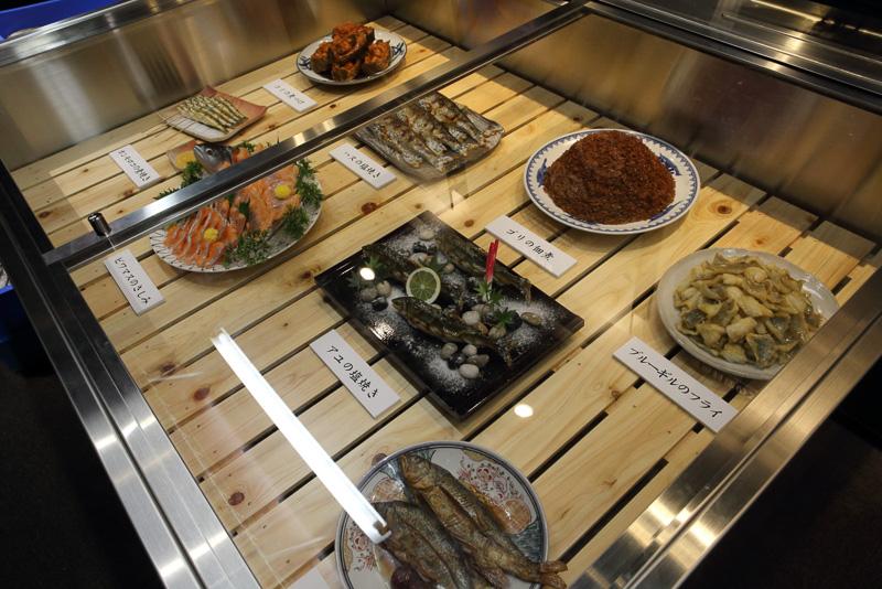 琵琶湖に住む魚たちの食卓に並ぶ姿を展示