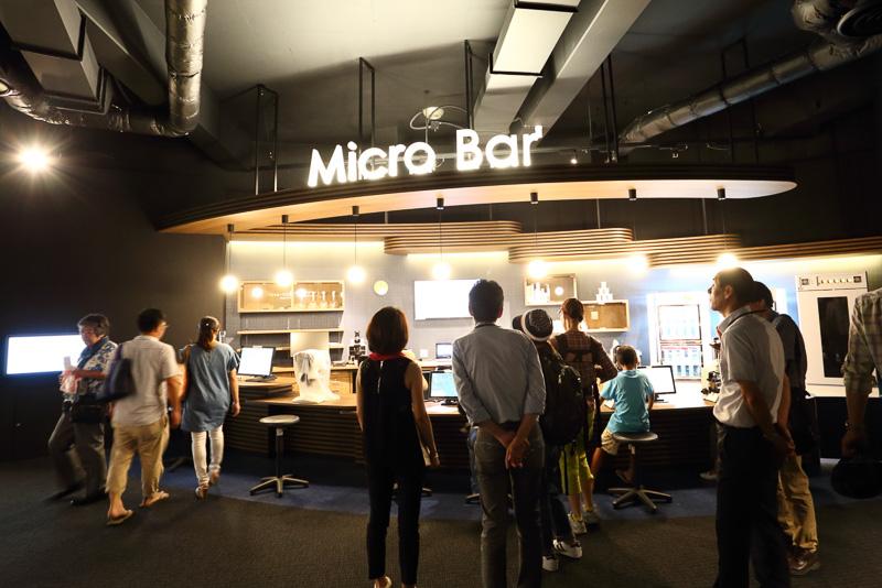 Micro Barのカウンターに並ぶのはミクロの世界を観察する顕微鏡